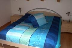 Grosses Bett im kleinen Zimmer